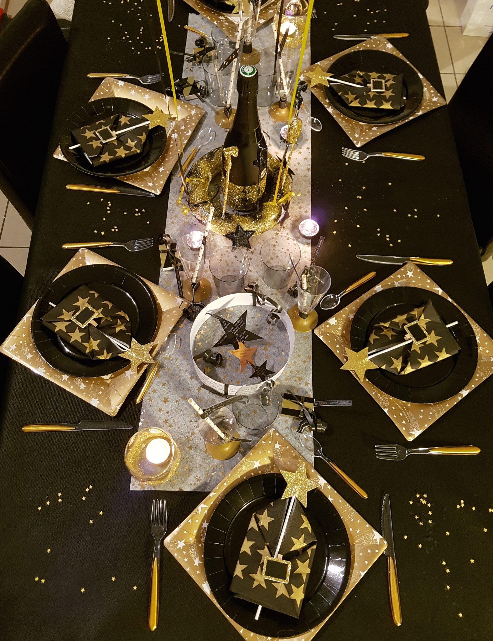 Une table de réveillon de Nouvel An en noir et or